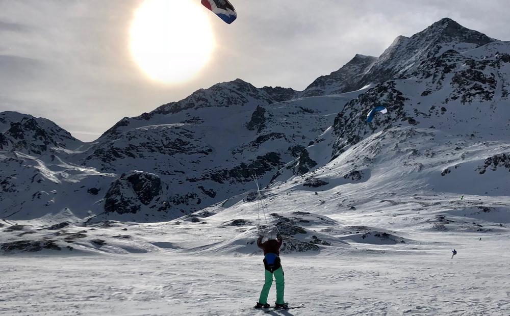 Lo snowkite: un nuovo modo per vivere la montagna in inverno